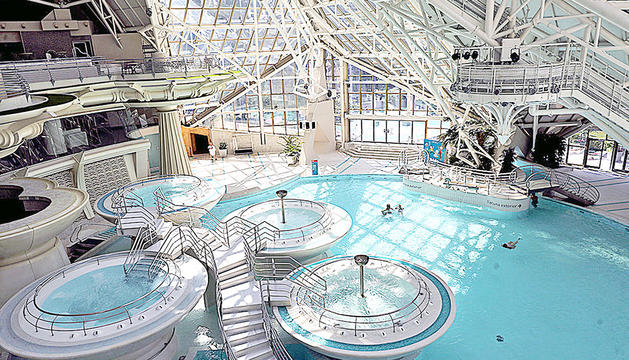 Les piscines interiors de Caldea.