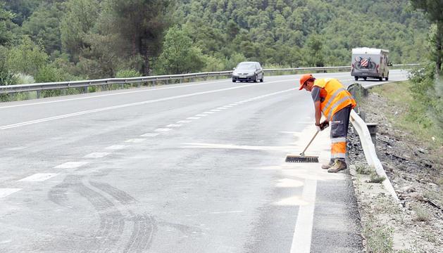 Un operari netejant la zona on va tenir lloc l'incident.