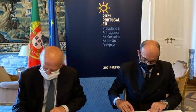 Moment de la signatura entre Jaume Serra i  Augusto Santos Silva