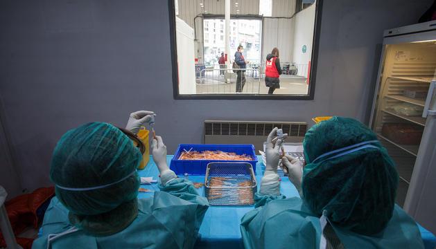Infermeres preparant dosis de vacunes al centre de la plaça de braus