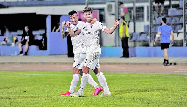 El golejador de l'Inter, Jordi Betriu, celebrant el gol escaldenc amb Genís Soldevila, ahir a Albània.