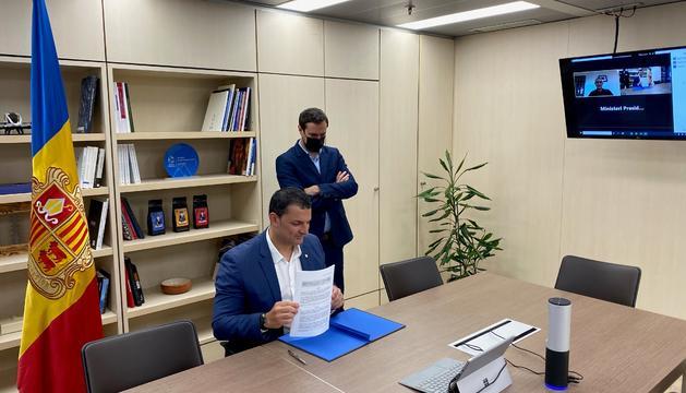 Jordi Gallardo en la signatura del conveni aquest matí