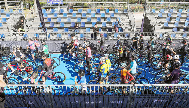 Ciclistes preparats al Parc Central per a l'inici de l'Andorra 21 Ports.