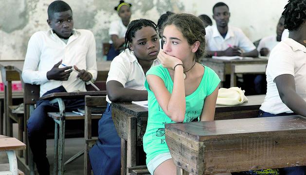 Marta Borrell en una aula de Moçambic durant la projecció del documental 'Una luz en la oscuridad'.