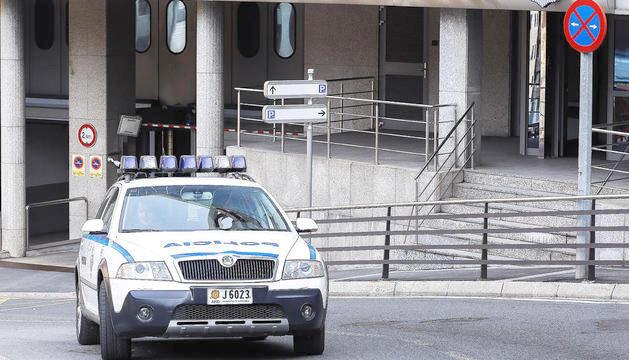 Un cotxe de la policia davant del despatx.