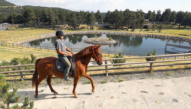 Un monitor muntant a cavall.