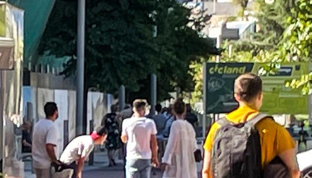 El carrer per on es mou el grup de joves.