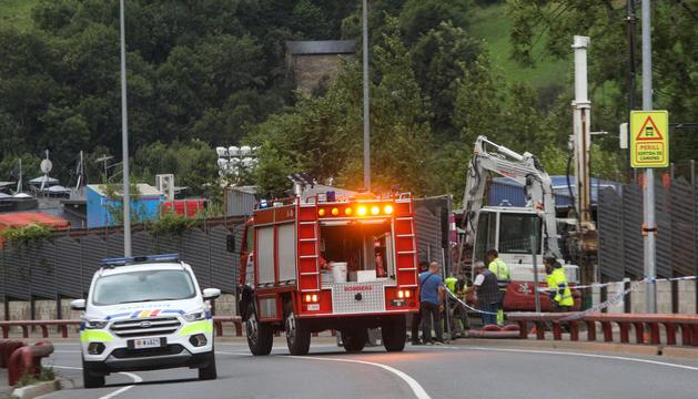 Policia i bombers a la zona de l'accident.