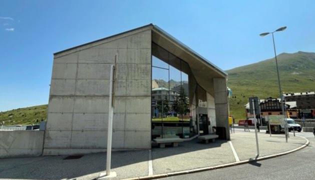 La façana de l'Oficina de Turisme on es farà el mural