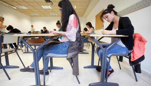 Alumnes realitzant un examen.