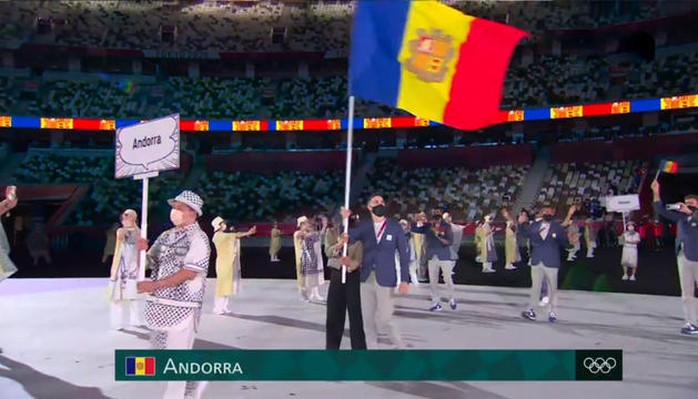 Mònica Dòria i Pol Moya porten plegats la bandera d'Andorra