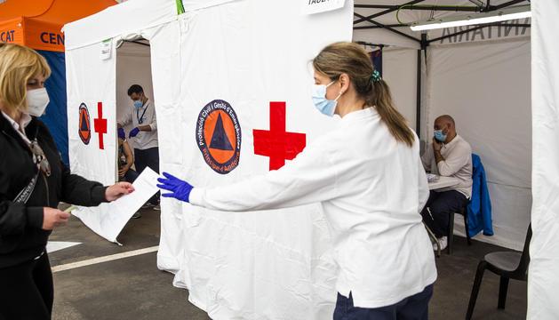 Una tècnica atenent una ciutadana en el punt de vacunació.