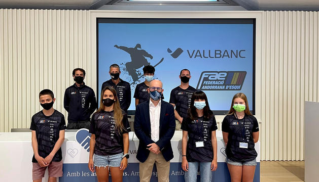 Maeva Estevez i els joves de l'equip de 'freestyle', ahir a la presentació a la seu de Vall Banc.