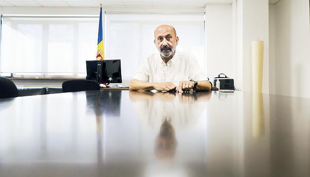 Benazet al seu despatx durant l'entrevista.