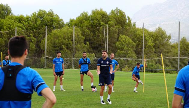 Eder Sarabia donant instruccions als jugadors, ahir.