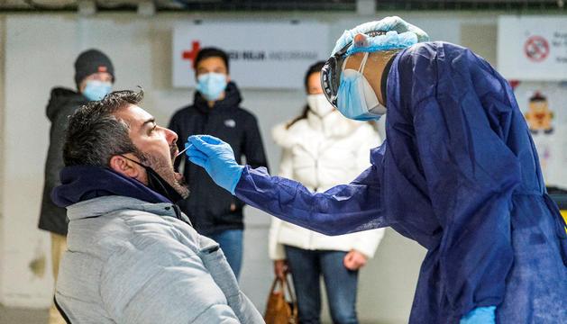Una infermera practicant una TMA a l''stop lab'.