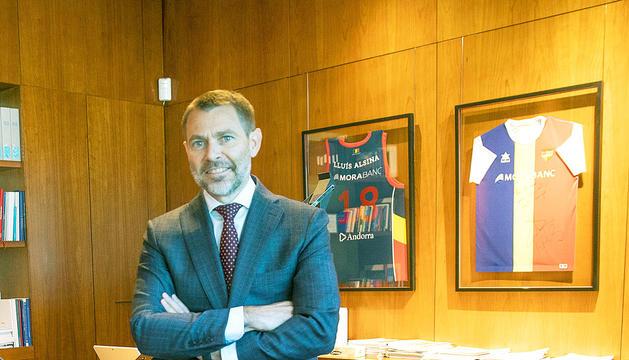 Lluís Alsina al despatx de la seu central de MoraBanc.