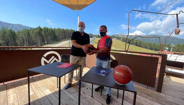 Gorka Aixàs i Josep Marticella signant l'acord.