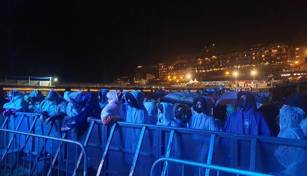 Els assistents de primera fila esperant l'actuació de David Guetta.