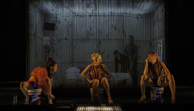 Actrius durant l'obra de 'Prostitución'