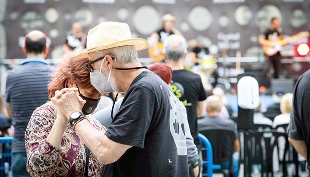 Una parella ballant durant el concert.