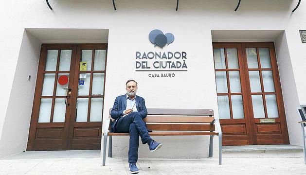 El Raonador, Marc Vila, davant de la seu de la institució.