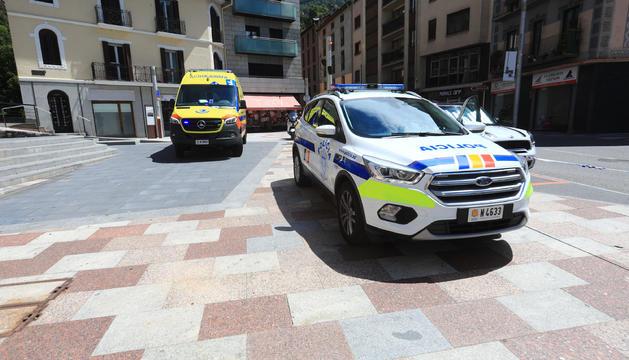 Policia i ambulàncies a la plaça Santa Ana