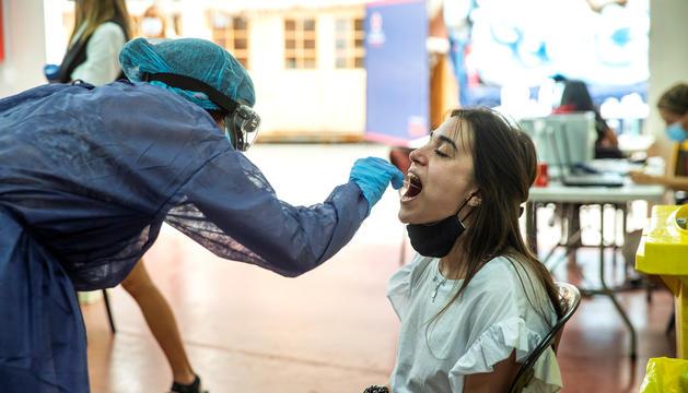 Una noia fent-se una TMA a l'espai habilitat a la plaça de braus.