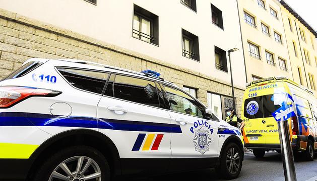 Policia i ambulàncies a la plaça Santa Anna.