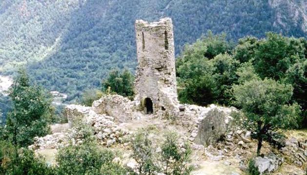 Estat ruïnós de l'església abans de la rehabilitació del 1982. El 2019, abans i després de l'esfondrament. I com quedarà el campanar un cop reconstruït.