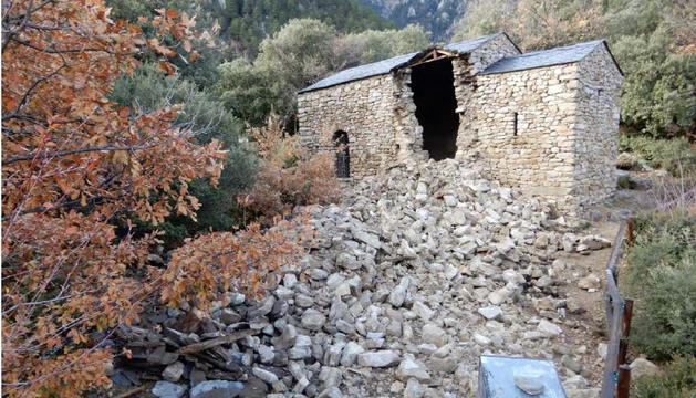 Estat ruïnós de l'església abans de la rehabilitació del 1982. El 2019, abans i després de l'esfondrament.