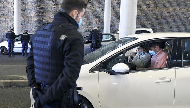 Un gendarme inspecciona un vehicle a la duana francesa.