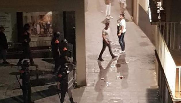 Uns joves s'encaren als mossos d'esquadra a la Seu d'Urgell.
