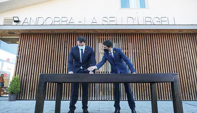 Jordi Gallardo i Damià Calvet a l'aeroport.