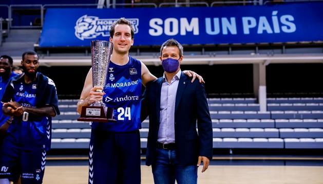 Un dels capitans del MoraBanc Andorra, Guille Colom, rep el trofeu de mans del cònsol menor d'Andorra la Vella, David Astrié