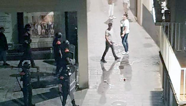 Mossos d'esquadra i joves a la Seu d'Urgell.