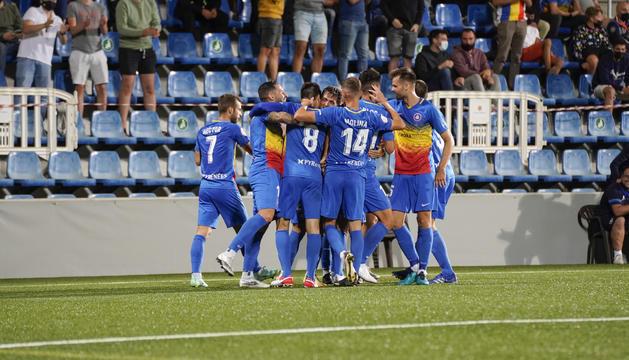 Eudald Vergés i els jugadors celebren el gol que va donar la victòria a l'Andorra ahir .