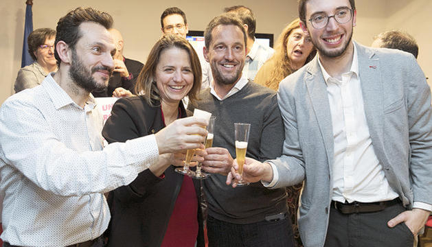 Rosa Gili al costat de Gerard Alís, Pere López i Roger Padreny celebrant la victòria a Escaldes.