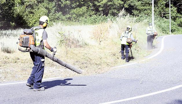 Treballadors del COEX a la carretera d'Engolasters.
