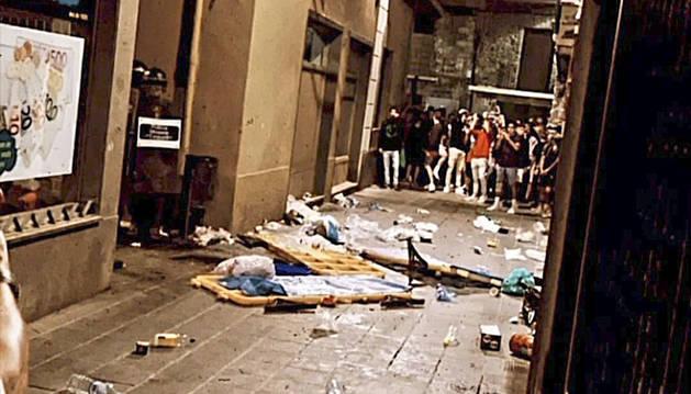 Brutícia en un carrer de la Seu per la festa nocturna dels joves.