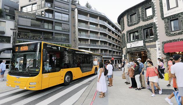 Un autobús interurbà circulant a la capital.