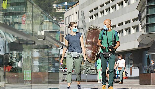 Dos visitants passejant pel centre de la capital.
