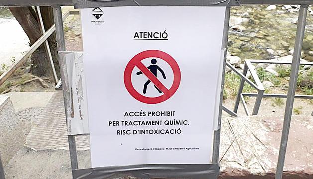Cartell que prohibeix l'accés al riu.