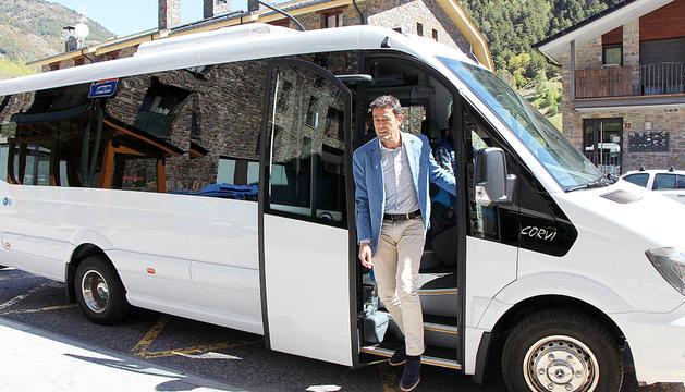 El cònsol major d'Ordino, Josep Àngel Mortés, baixant del bus parroquial.