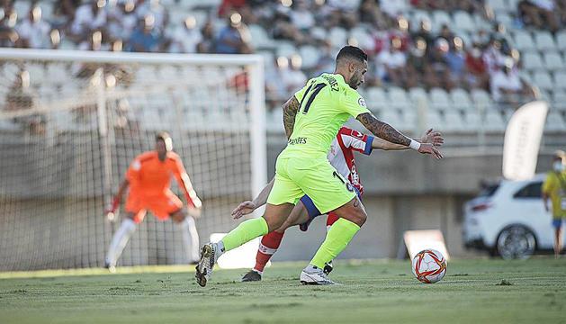 Marc Fernández intentant una jugada individual, ahir al Nuevo Vivero.