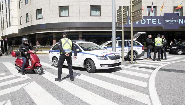 Un agent de la policia atura un motorista en un control.