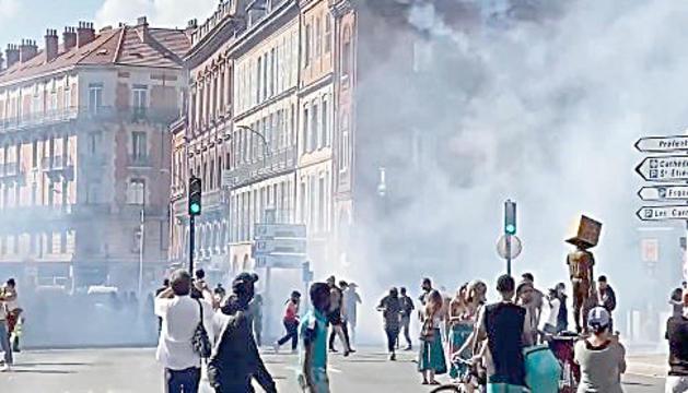 La policia va dispersar els manifestants amb granades de fum.
