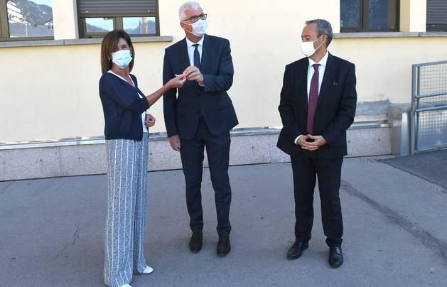 Ester Vilarrubla entrega les claus de l'edifici del Roc a Denis Dekerle