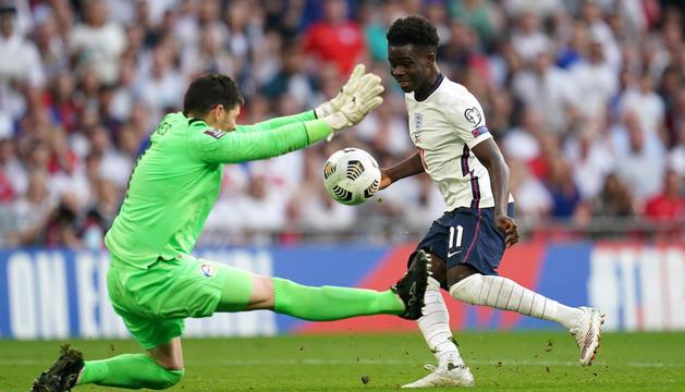 Jesse Lingard supera Josep Gomes per fer el 3-0 d'Anglaterra.