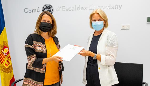 Rosa Gili i Laura Álvarez han signat avui el conveni
